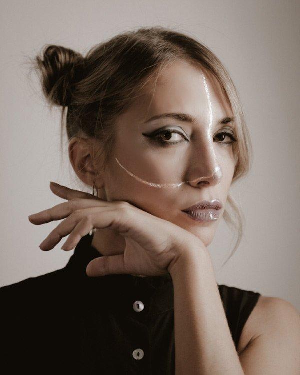 Modella in posa per Grazia Basso